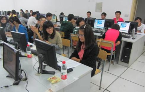 """学生事务中心举办""""宣传单-海报技术培训会"""""""